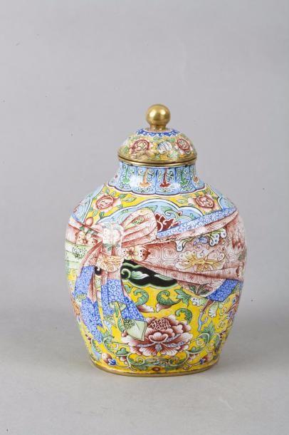 Chine, XIXe siècle Petit vase couvert en...