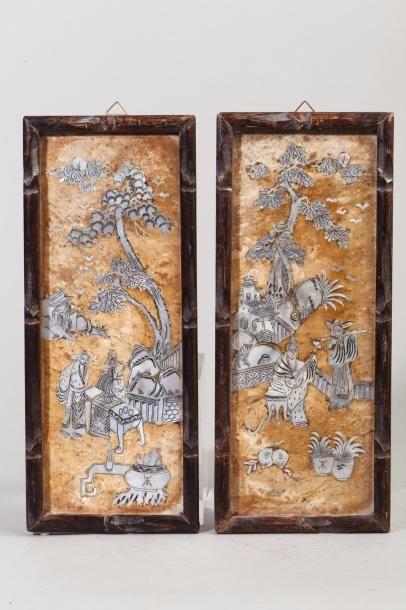Chine, début XXe siècle Deux plaques en marbre incrusté de nacre, à décor d'une...