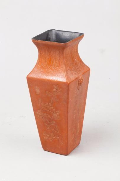 Chine, début XXe siècle Vase quadrangulaire...