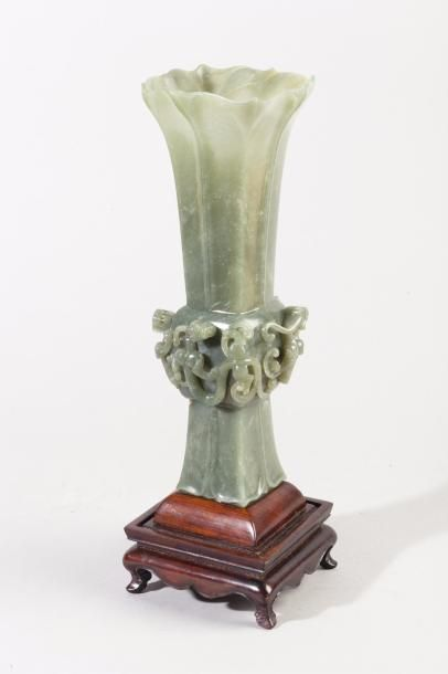 Chine, milieu XXe siècle Vase Gu en jade...
