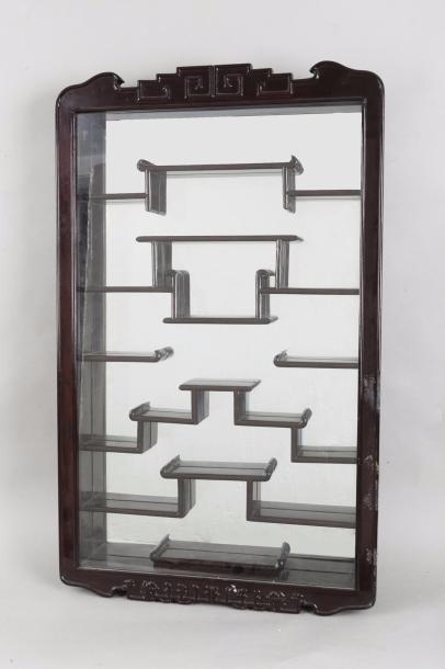 Chine, vers 1930 Petite vitrine à étagère...