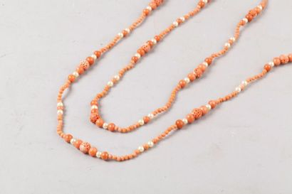 Chine, XXe siècle Sautoir en perles de corail...