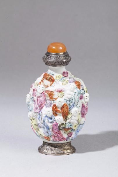 Chine, XIXe siècle Flacon de tabatière de forme balustre en porcelaine et émaux...