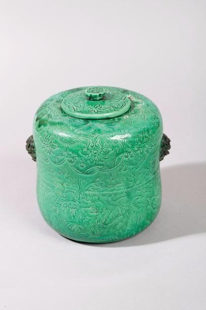 Chine, XIXe siècle Pot couvert en porcelaine...