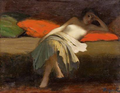 Jeune femme étendue sur des coussins rouge...