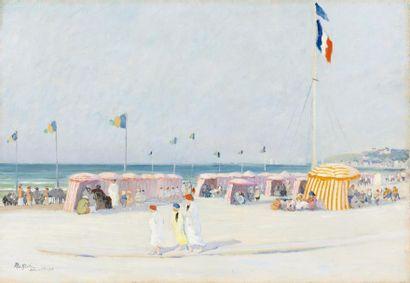 Tentes et baigneurs en peignoir sur la plage...