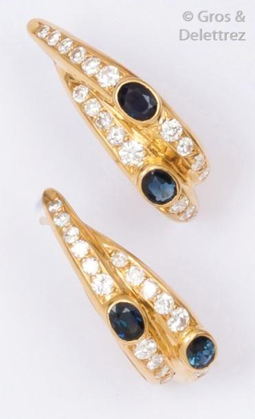 Paire de boucles d'oreilles en or jaune ornées chacune de diamants taillés en brillant...