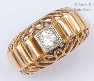 Bague en or jaune ajouré ornée d'un diamant...