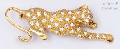Broche «Panthère» en or jaune ciselé, le corps orné de diamants taillés en brillant,...