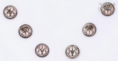 Ensemble de six boutons en argent ciselé...