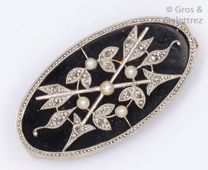 Broche en or gris ornée de motifs flèches...