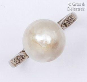 Bague en or gris ornée d'une perle mabé bordée...