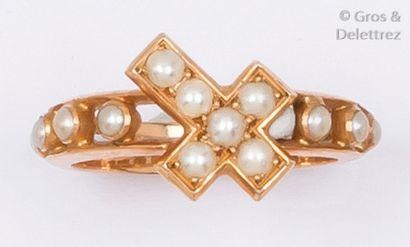 Bague en or jaune ornée de demi-perles. Tour...