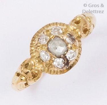 Bague en or jaune ciselé ornée de diamants...
