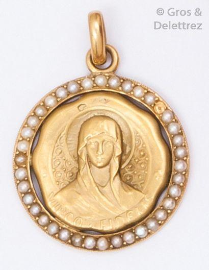 Médaille en or jaune ciselé figurant la Vierge...