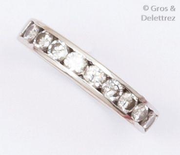Demi-alliance en or gris ornée de neuf diamants...