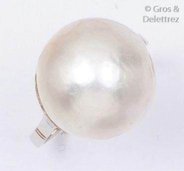 Bague en or gris ornée d'une perle mabé....
