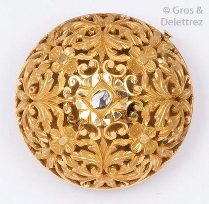 Broche « Dôme « en or jaune ajouré à décor floral sertie d'un diamant taillé en...