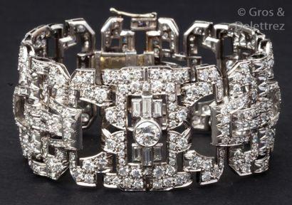 Important bracelet en or gris ajouré à décor...