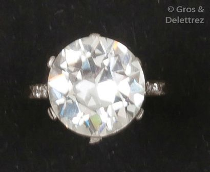 Bague en platine ornée d'un diamant taillé...