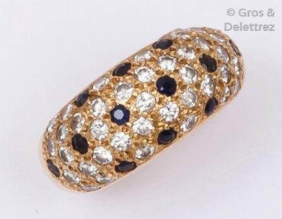 Bague jonc en or jaune ornée de diamants...