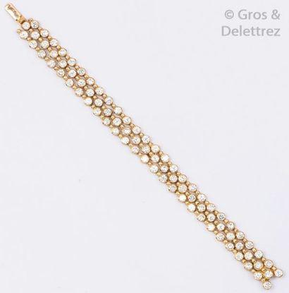 Bracelet en or jaune ajouré orné de trois...