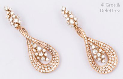 Paire de pendants d'oreilles en rose à motif...