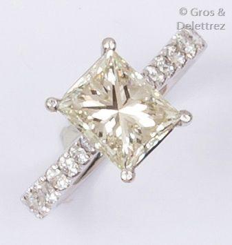 Bague en or gris ornée d'un diamant radiant...