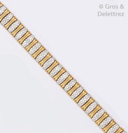 Bracelet en or jaune et or gris godronnés...