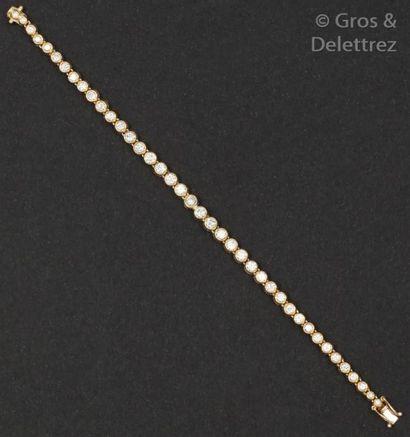 Bracelet ligne en or jaune orné de diamants...