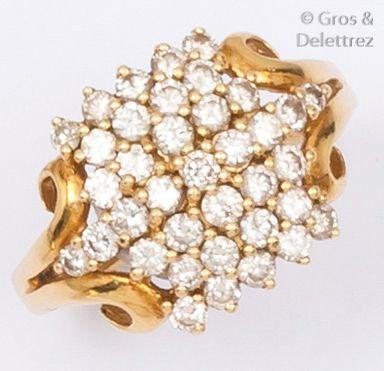 Bague en or jaune ajouré ornée de diamants...