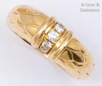ALDEBERT - Parure en or jaune à décor d'écailles...