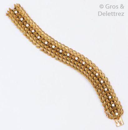 Bracelet souple en or jaune à décor d'écailles...
