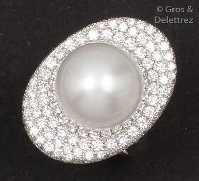 Bague en or gris ornée d'une perle de culture...