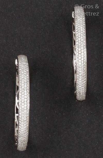 Paire d'anneaux d'oreilles en or gris ornés...