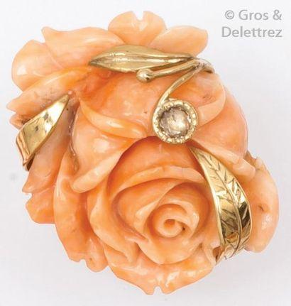 Bague en or jaune 14K ornée de corail sculpté...