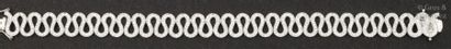 Bracelet souple en or gris à motif de «Vagues»...