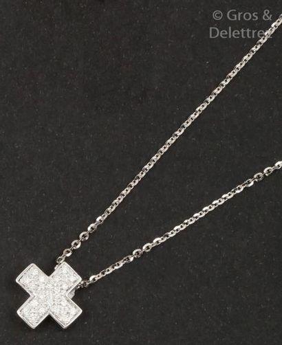 Chaîne en or gris et pendentif «Croix» en...