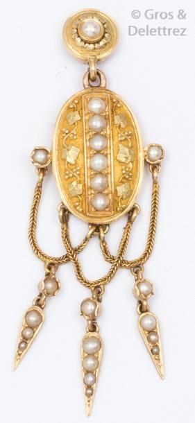 Pendentif en or jaune ciselé orné de perles...