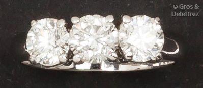 Bague en or gris ornée de trois diamants...