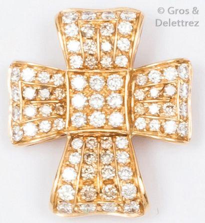 Pendentif «croix» en or jaune pavé de diamants...