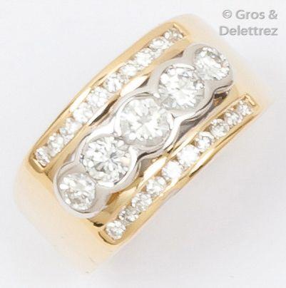Bague jonc en or jaune ornée de cinq diamants...