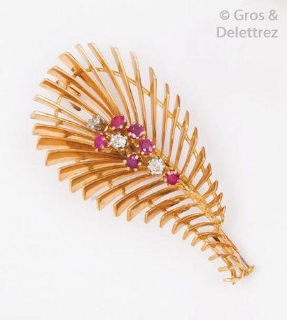 Broche «Plume» en or jaune ajouré ornée de...