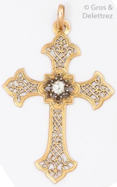 Pendentif «croix» en or jaune à décor ajouré...