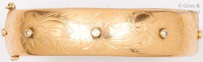 Bracelet jonc en or jaune ciselé à décor...