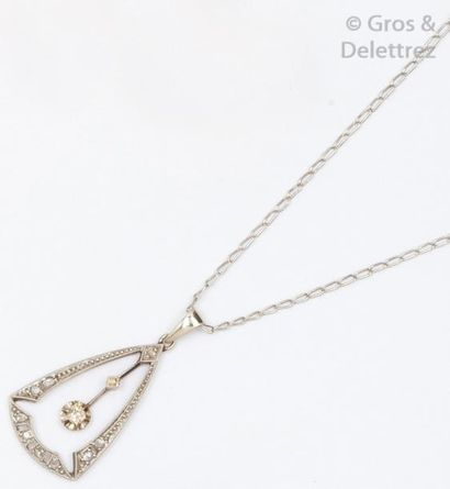 Chaîne et pendentif en or gris orné de diamants...