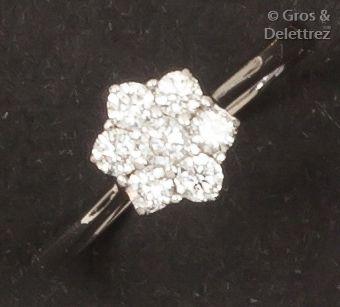 Bague «Fleur» en or gris ornée de diamants...