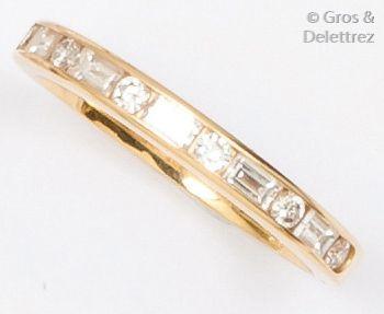 Demi-alliance en or jaune ornée de diamants...