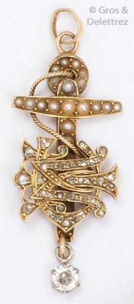 Pendentif en or jaune orné de perles fines...