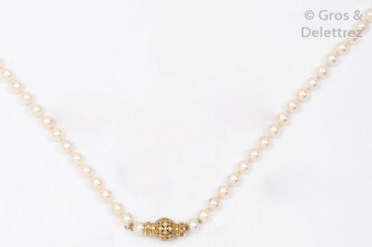 Collier d'un rang de perles de culture blanches....
